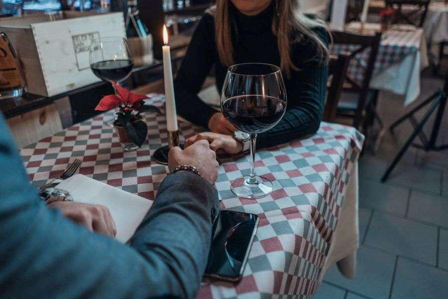 Cele mai dubioase lucruri pe care să nu le faci la primele întâlniri