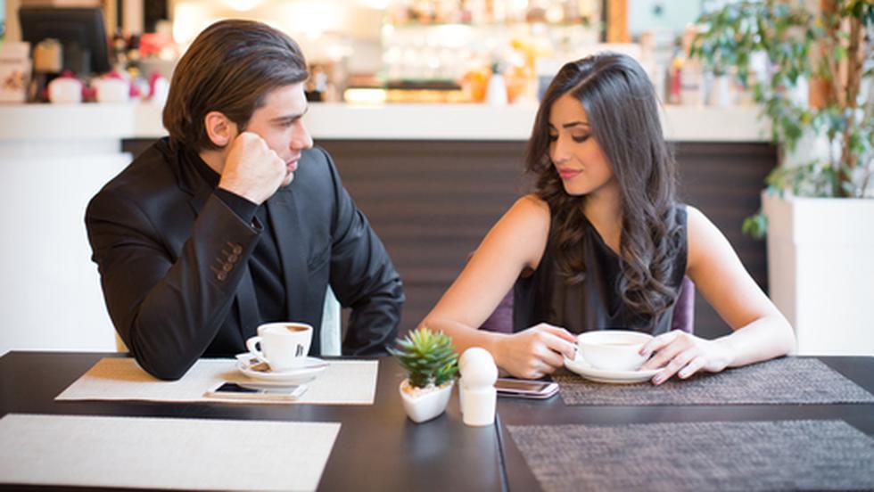 un bărbat care caută o femeie care să flirteze