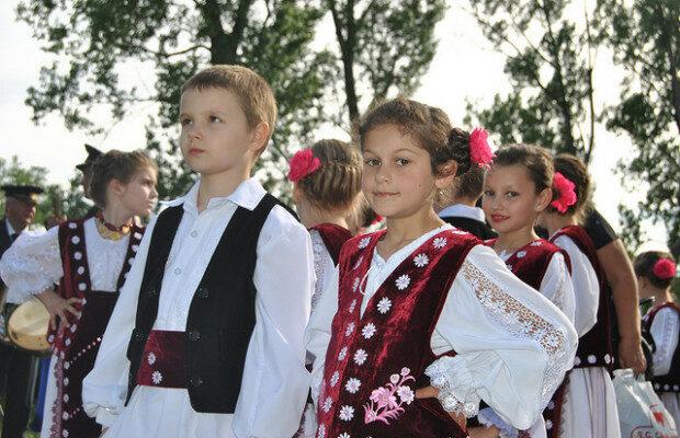 fete din moldova noua)