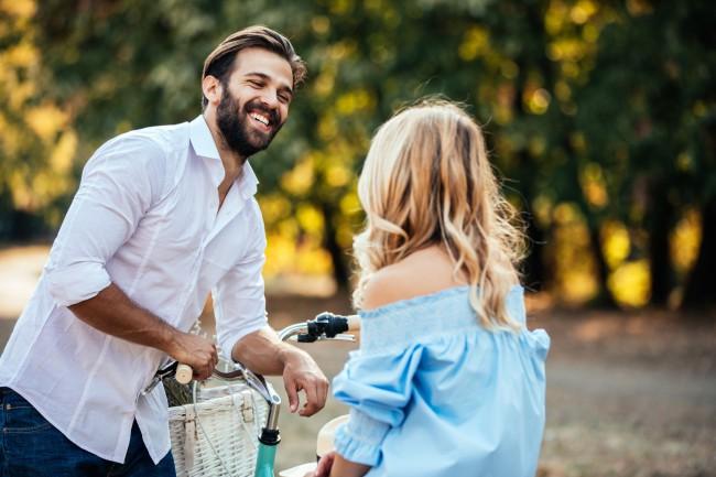 un bărbat care caută o femei care să flirteze